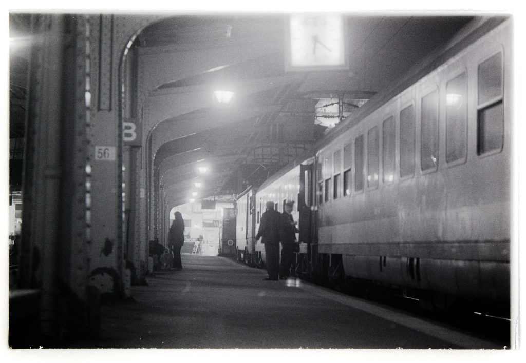 ILFORD HP5 PLUS, At the station