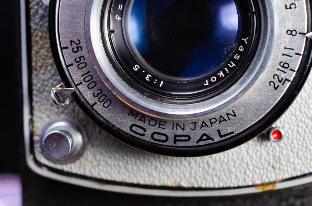 Yashica-B - Shutter release button, shutter speed and lens aperture settings