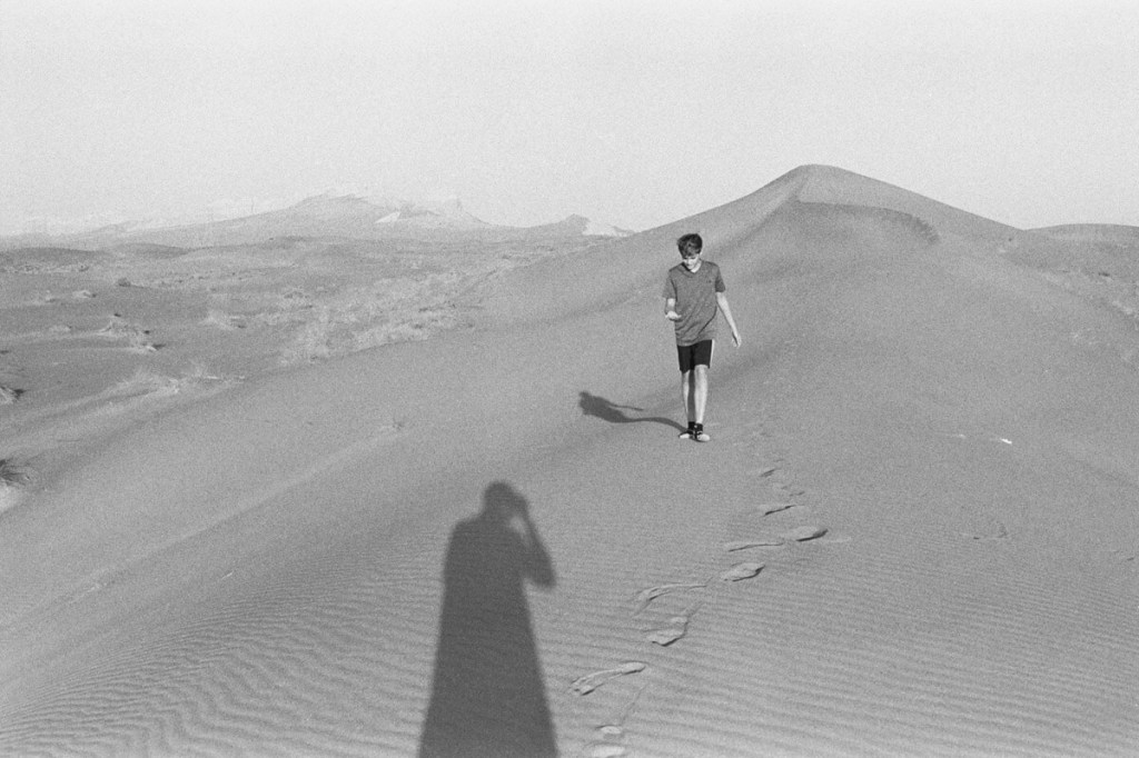 5 Frames... At Sharjah's Fossil Rock on ILFORD HP5 PLUS and a Leica M4 (35mm Format / EI 100 / Voigtlander Color-Skopar 35mm f/2.5 P II) - by Simon Ducos