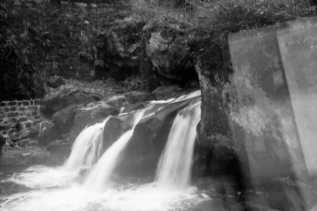 5 Frames… Of a triple waterfall in Luxembourg on ILFORD HP5 PLUS (120 Format / EI 400 / Agfa Billy I 6,3)
