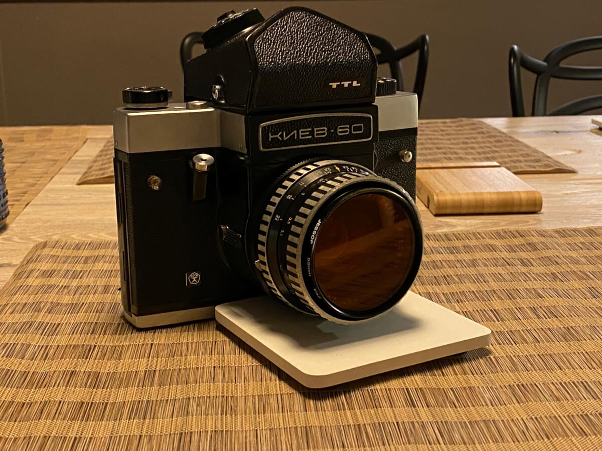 The rather dainty-looking 80mm Biometar almost looks incongruous on this camera!